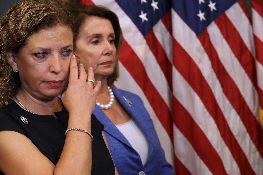 Su Rusija siejamų programišių veiksmai privertė iš pareigų pasitraukti JAV demokratų partijos vadovę Debbie Wasserman-Schultz (kairėje)