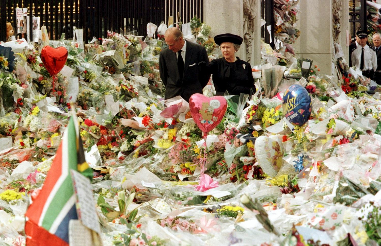 Tvora šalia Bakingamo rūmų po Dianos mirties buvo nuklota gėlėmis