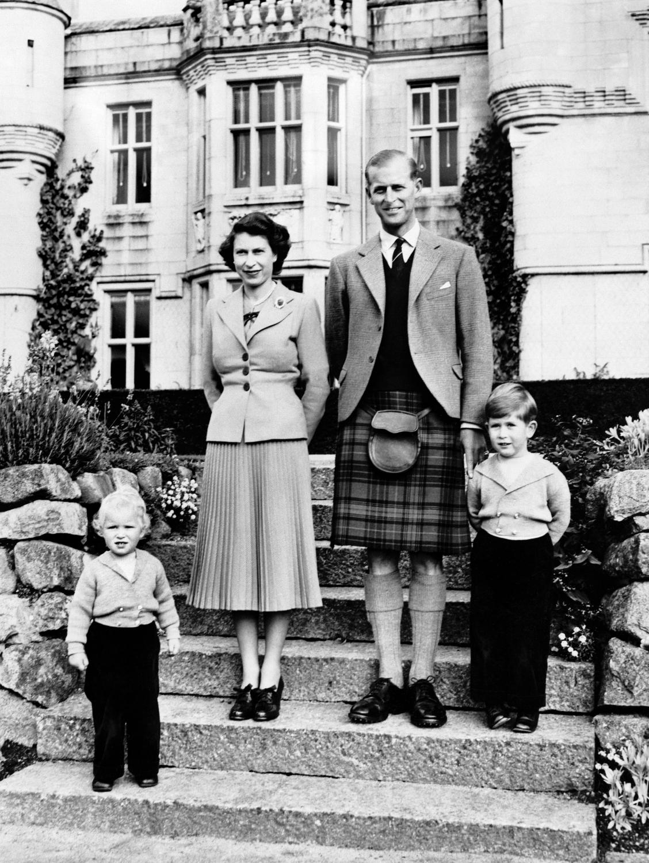 Karalienė su šeima Balmoralo pilyje Škotijoje (1953)