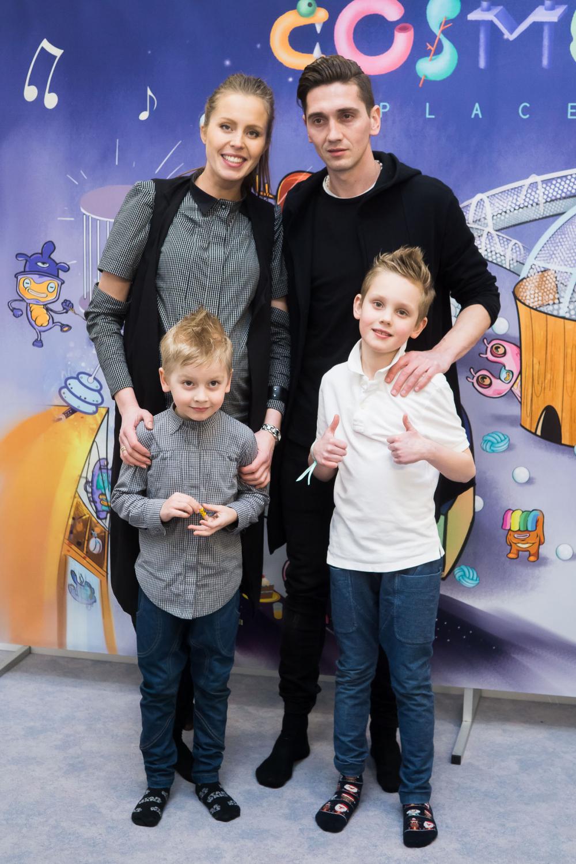 Vaida Grikšaitė-Česnauskienė ir Deividas Česnauskis su vaikais