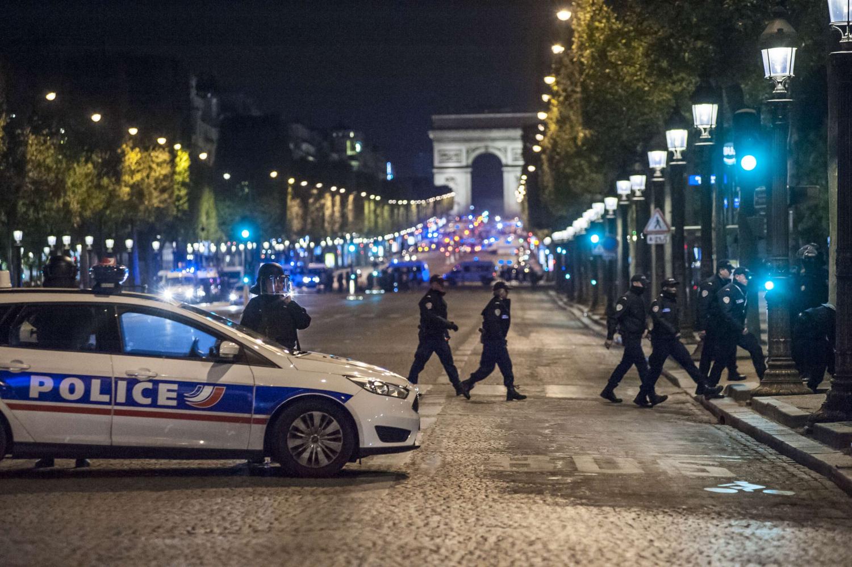 """Prancūzijos policija """"šukuoja"""" teritoriją po išpuolio sostinės centre"""