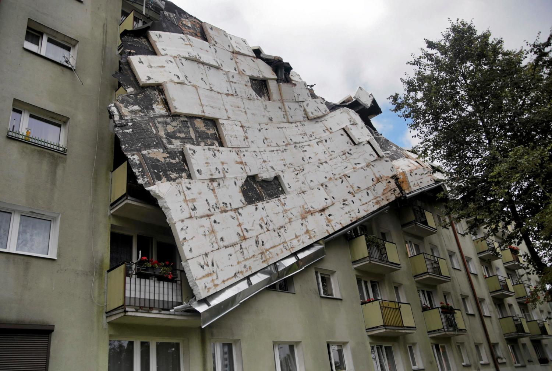 Bydgosčiuje, Lenkijoje, audra paliko kyboti daugiabučio stogo dalį