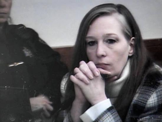 moteris nukando vyro varpą)